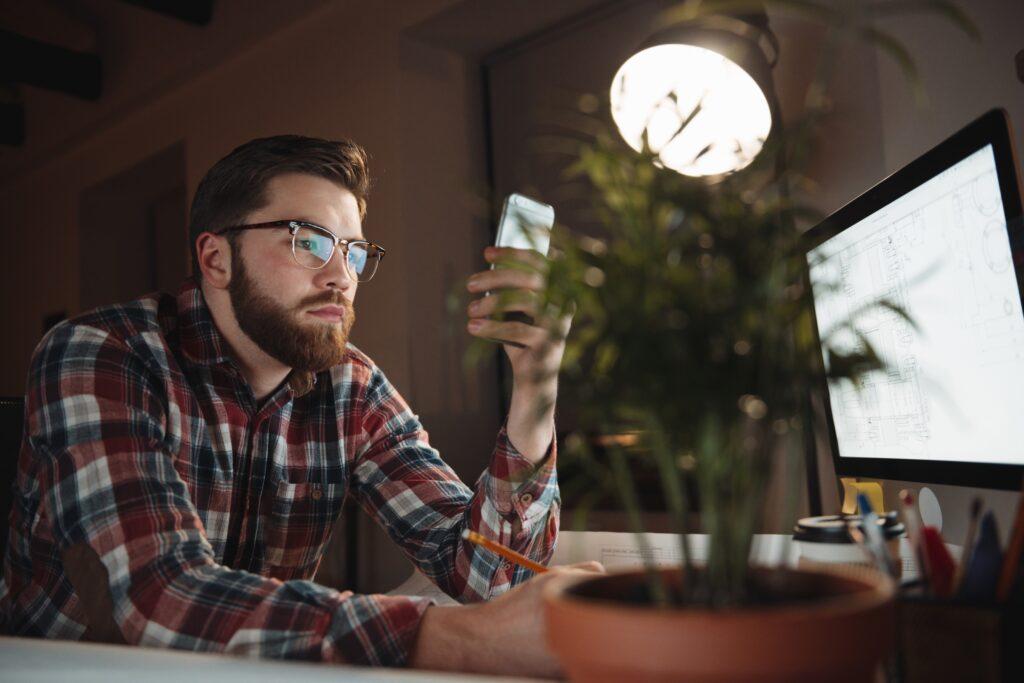 wi-fi-ul pe telefon - nu merge wi-fi pe telefon - barbat cu ochelari